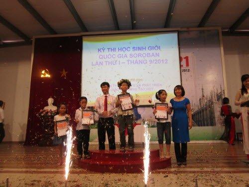 HĐQT trao giải cho học sinh xuất sắc