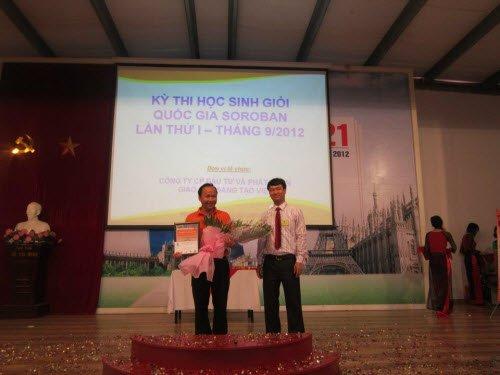 Giám đốc VSA trao giải đồng đội cho Soroban KML Long Biên
