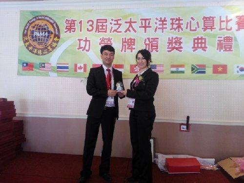 Ông Trần Xuân Thủy GĐ VSA trao quà lưu niệm đồng thành viên Thổ Nhĩ Kỳ