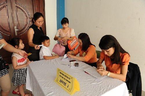 Thí sinh làm thủ tục nhận phiếu dự thi HSG 2014