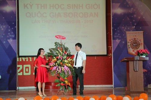 Bà Đoàn Thị Thuần - Chủ tịch HĐQT trao lẵng hoa chúc mừng cuộc thi (2017)