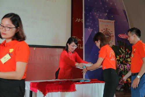 Bà Phí Thị Minh Hằng - Phó GĐ điều hành cuộc thi đang trao đề cho giám thị (2017)