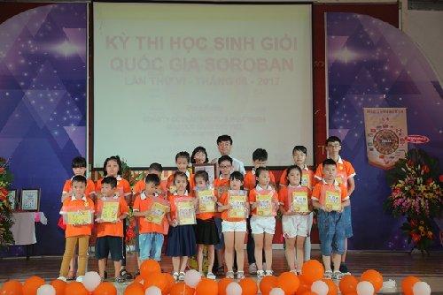 Giám đốc VSA ông Trần Xuân Thủy trao quà và GCN tham dự kỳ thi cho TT Soroban Đồng Nai (2017)