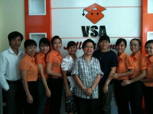 Chuyên gia Singapore chụp ảnh lưu niệm cùng giáo viên Soroban Việt Nam-Tháng 9/2011