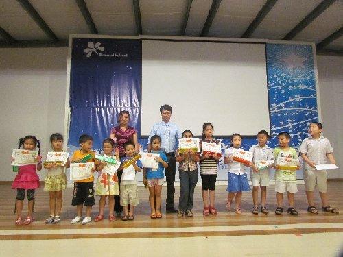 Ảnh trao thưởng học sinh Soroban có thành tích xuất sắc tại  Soroban Ban Mai