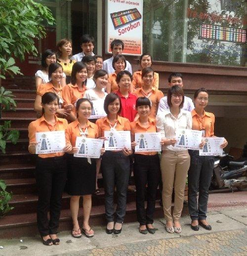 Bà Phyilly Wong và Amanda Yên chụp ảnh lưu niệm cùng các giáo viên Soroban trong khoá đào tạo ngày 11/6/2012