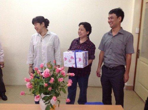 Ban lãnh đạo công ty tặng quà kỷ niệm cho chuyên gia Singapore
