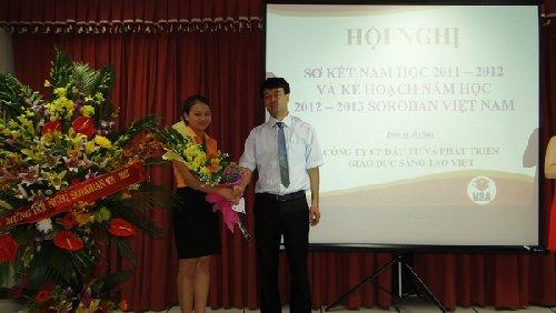 Đại diện Soroban Việt Nam trao thưởng cho giáo viên xuất sắc