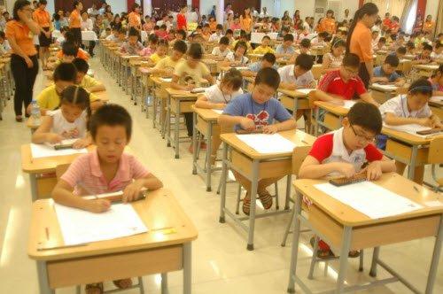 Các thí sinh đang tập trung làm bài