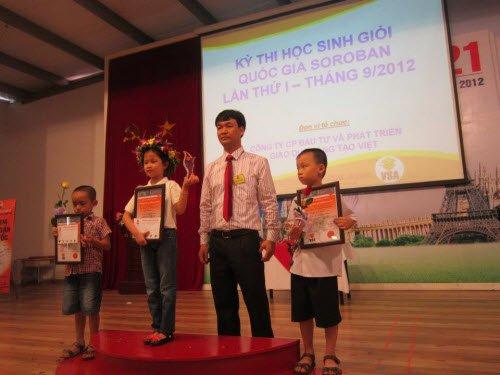 Giám đốc VSA trao giải cho học sinh xuất sắc